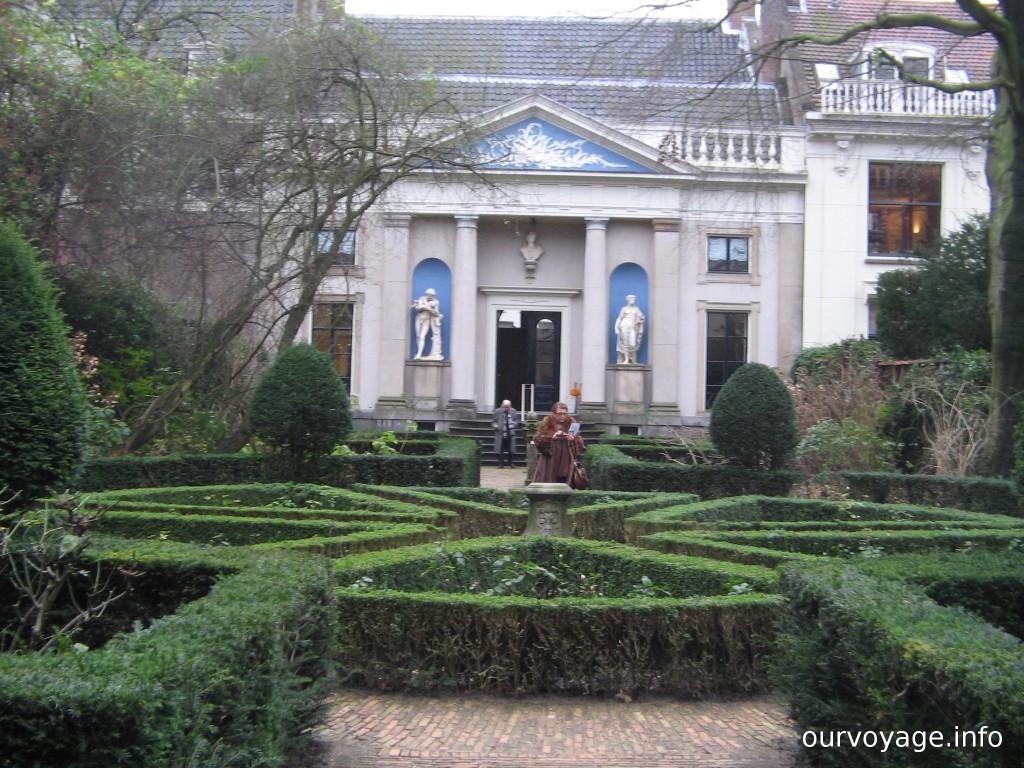 """Удивительно, но это сад в январе. Вид на """"Храм Аполлона""""."""