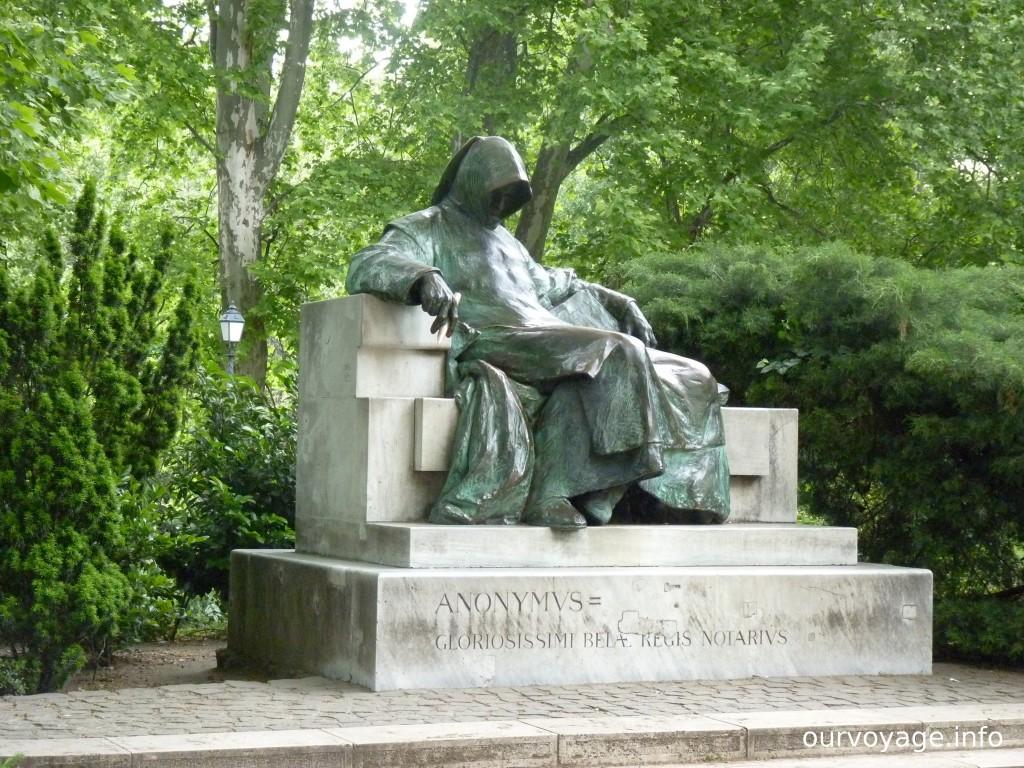 Памятник Анониму, памятник неизвестному нотариусу на территории замка Вайдахуняд